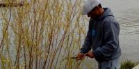 Florián si vyberá prúty na korbáč