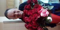 Jozef s kyticou ruží pre všetky ženy v našom domove