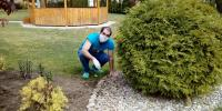 Robert čistí záhony