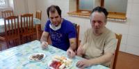 Robert a Jozef si pochutili spoločne na ovocí...mňam.