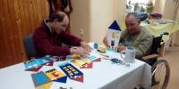 Karol a Michal pri výrobe farebných domčekov