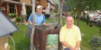 Jozef a Robert pózujú pred hotelom